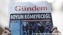 17.08.2016 *** epa05492965 Protestors shout slogans as they hold the copy of Ozgur Gundem Newspaper front page (on front page write: We will not bow) at headquarters of the Ozgur Gundem Newspaper in Istanbul, Turkey, 17 August 2016. Ozgur Gundem Newspaper is to be closed temporarily by a Turkish court being accused of regularly making PKK organization propaganda and 30 employees were detained on 16 August 2016. EPA/SEDAT SUNA |