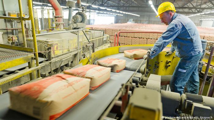 Мешки с цементом на конвейере фирмы HeidelbergCement