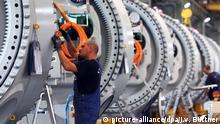 ARCHIV - Monteure arbeiten am 23.06.2011 an Naben für Windkraftanlagen in Rostock. Foto: Jens Büttner/dpa (zu Beginn des ersten ostdeutschen Wirtschaftsforums vom 20.10.2016) +++(c) dpa - Bildfunk+++   Verwendung weltweit