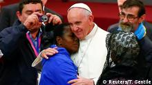 11.11.2016+++Vatikan/Rom/Italien+++Pope Francis embraces a woman during a Jubilee audience with people socially excluded in Paul VI hall at the Vatican November 11, 2016. REUTERS/Tony Gentile