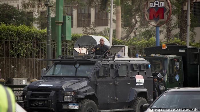 Ägypten Polizei auf dem Tahrir Platz in Kairo (picture-alliance/AP Photo/A. Nabil)