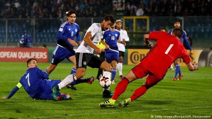 Sami Khedira (3.v.l.) spielt Matteo Vitaloli (l.) von San Marino aus (Foto: Getty Images/Bongarts/A. Hassenstein)