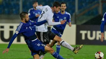 Jonas Hector (2.v.l.) setzt sich gegen die Abwehr von San Marino durch (Foto: picture-alliance/AP Photo/M. Vasini)