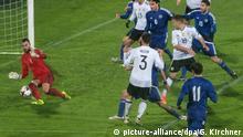 Fußball: WM-Qualifikation, San Marino - Deutschland, Europa, Gruppenphase, Gruppe C, 4. Spieltag am 11.11.2016 in Serravalle, San Marino. Deutschlands Jonas Hector (M) erzielt mit seinem Torschuss gegen Aldo Simoncini von San Marino (l) das Tor zum 0:5 Foto: Guido Kirchner/dpa +++(c) dpa - Bildfunk+++