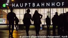 Bahnhofsvorplatz des Kölner Haupfbahnhofs. Köln, 23.10.2016 | Verwendung weltweit Symbolfoto Angstraum Forscher: Schärfere Gesetze schaffen keine höhere Sicherheit