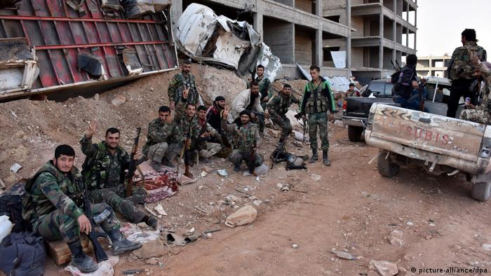 Syrien Aleppo Kampfhandlungen in zerstörter Stadt (picture-alliance/dpa)