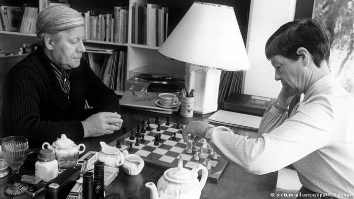 Loki and Helmut Schmidt playing chess in 1981 (picture-alliance/dpa/F. Fischer)