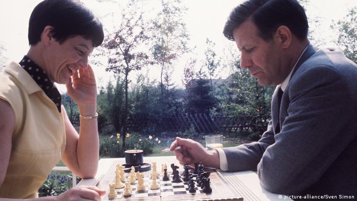 Prominente spielen Schach Loki und Helmut Schmidt (picture-alliance/Sven Simon)