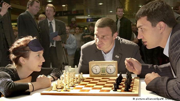 Prominente spielen Schach Klitschko Brüder (picture-alliance/dpa/W. Grubitzsch)