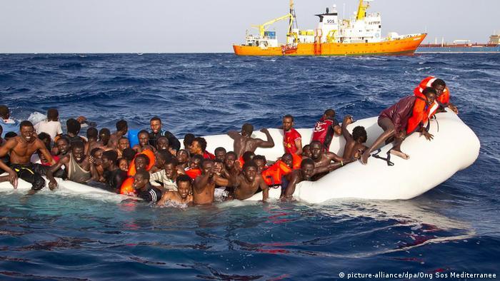 Flüchtlingsboot im Mittelmeer (picture-alliance/dpa/Ong Sos Mediterranee)