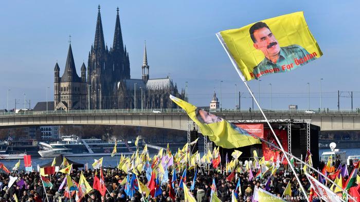 Alewiten und Kurden demonstrieren in Köln gegen Erdogan (picture-alliance/AP Photo/M. Meissner)