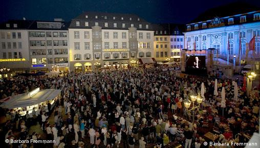 A view of thousands of spectators watching Masur conduct the ninth symphony in Bonn's Marktplatz
