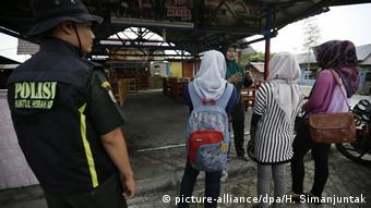 Indonesien - Scharia Polizei (picture-alliance/dpa/H. Simanjuntak)