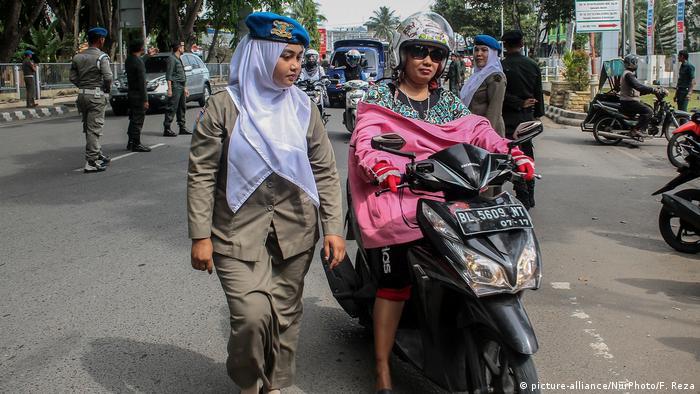Indonesien - Scharia Polizei (picture-alliance/NurPhoto/F. Reza)