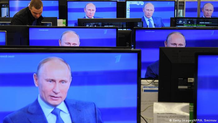 Symbolbild Putin Medien in Russland (Getty Images/AFP/A. Smirnov)