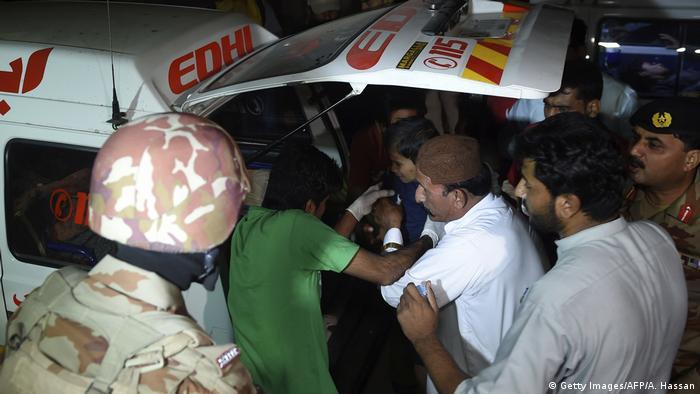 Раненых транспортируют в больницы крупнейшего города страны Карачи
