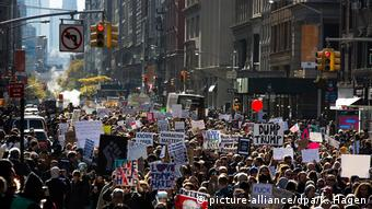 USA Präsidentschaftswahl Anti-Trump Proteste vor Trump Tower in New York (picture-alliance/dpa/K. Hagen)
