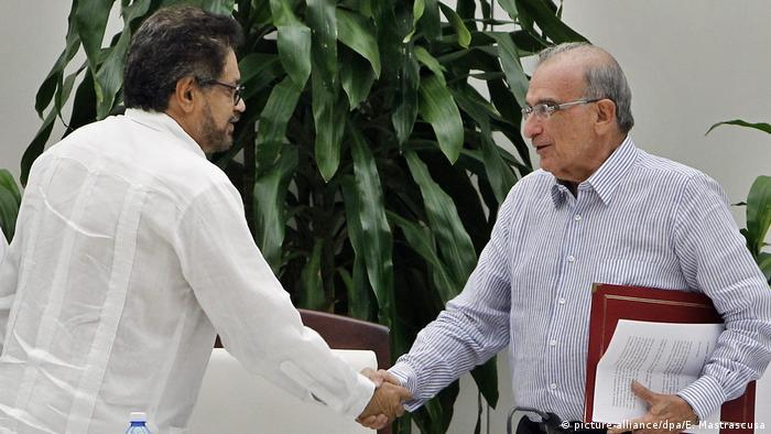 امبرتو دلا کاله، نماینده دولت (راست) و ایوان مارکز، نماینده فارک