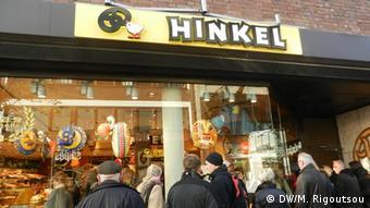 Ο φούρνος Hinkel στο Ντίσελντορφ. Η ουρά των πελατών φθάνει έξω από το μαγαζί