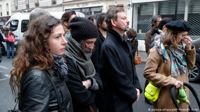 Paris Gedenken an IS-Anschläge vom 13.11.2015 (picture-alliance/AP Photo/M. Euler)
