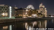 Die Abgeordneten im Plenarsaal unter der Reichstagskuppel beschlossen das Gesetz am späten Abend