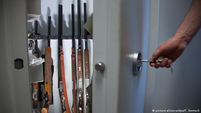 Cupboard with weapons (picture-alliance/dpa/F. Gentsch)