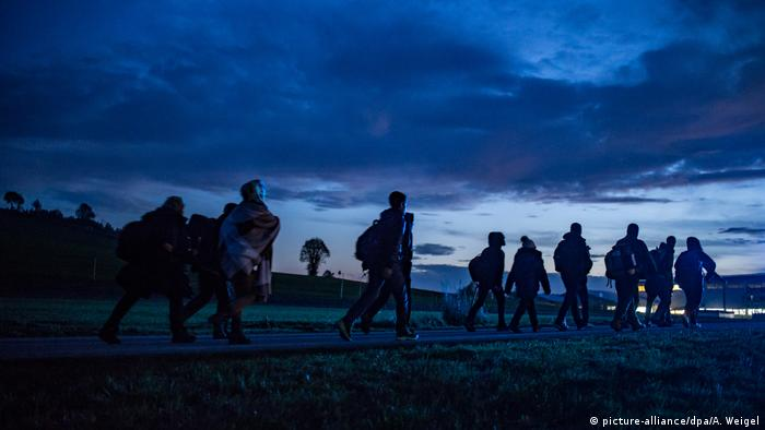 Refugees walk on the German-Austrian border (picture-alliance/dpa/A. Weigel)