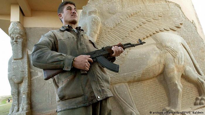 Irak Bewaffneter Mann in Nimrud (picture-alliance/dpa/EPA/S. Baldwin)