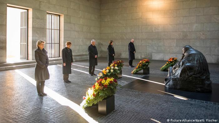 В День народной скорби немецкие политики возлагают цветы к мемориалу Neue Wache в Берлине