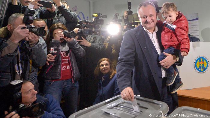 Игорь Додон во время голосования
