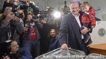 Игорь Додон на избирательном участке