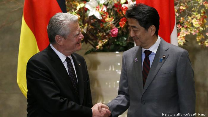 Japan Shinzo Abe empfängt Joachim Gauck in Tokio (picture-alliance/dpa/T. Hanai)