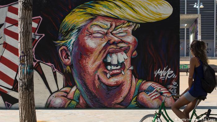 Це зображення Трампа з'явилося на одній зі стін Барселони влітку 2016-го. Як і в багатьох інших країнах, в Іспанії також були шоковані неочікуваним успіхом республіканця на виборах. Колумніст газети El Pais Aндреа Ріцці написав: Після блискавичного зльоту нью-йоркського магната у половини планети відібрало мову.