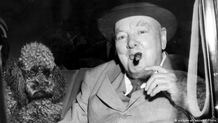 Sir Winston Churchill mit Zigarre und Pudel (picture-alliance/AP-Photo)
