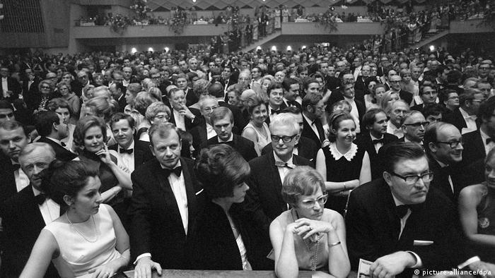 Bundespresseball 1969 in der Beethovenhalle in Bonn. Männer und Frauen in Anzügen und Abendkleidern