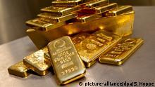 ARCHIV - Goldbarren in unterschiedlicher Größe liegen am 30.05.2012 bei einem Goldhändler in München (Bayern) in einem Tresor. Das Interesse der Anleger an Gold hat in den vergangenen Wochen deutlich zugenommen. Foto: Sven Hoppe/dpa (zu dpa «Anleger stecken ihr Geld wieder in Gold» vom 17.02.2015) +++(c) dpa - Bildfunk+++ | Verwendung weltweit