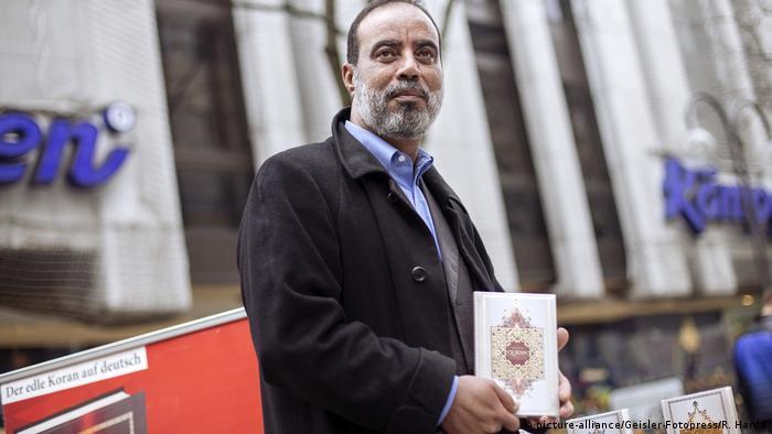 Ibrahim Abu Nagie verteilt Korane in Köln