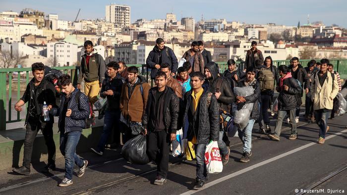 Serbien Belgrad - Flüchtlinge und Einwanderer überqueren die Brücke zur Koratischen Grenze (Reuters/M. Djurica)