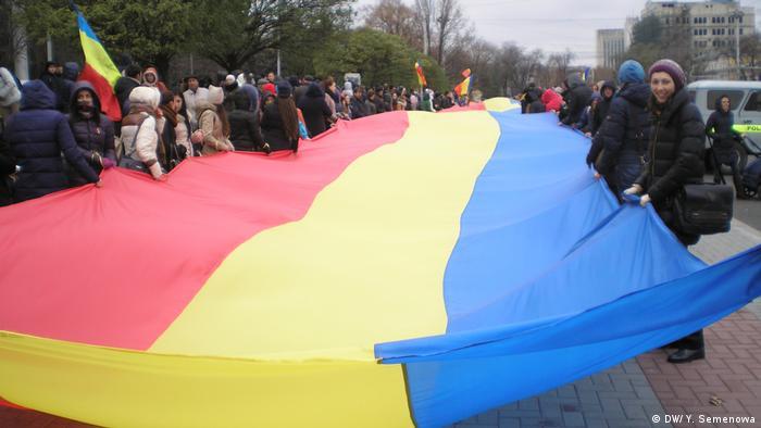 Участники акциии протеста в Кишиневе с румынским флагом