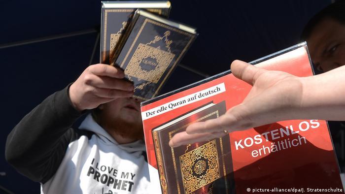 Deutschland Salafisten Koran-Verteilung (picture-alliance/dpa/J. Stratenschulte)