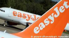 ARCHIV - Ein Flugzeug der britischen Fluggesellschaft Easyjet rollt am 27.06.2011 an einer anderen Maschine derAirline auf dem Flughafen Schönefeld vorbei. Easyjet veröffentlicht am Dienstag (15.11.2016) die Jahreszahlen für das abegaufene Geschäftsjahr. zu dpa: Nach Brexit-Votum: Pfund-Schwäche hält Easyjet fest im Griff +++(c) dpa - Bildfunk+++