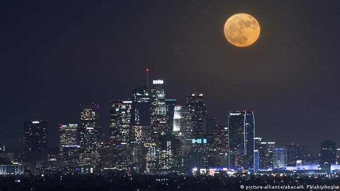 USA Supermond über Los Angeles (picture-alliance/abaca/A. Palabiyikoglu)