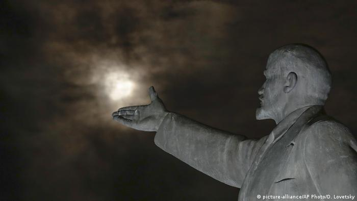 Lenin statue against super moon background in Baikonur (picture-alliance/AP Photo/D. Lovetsky)