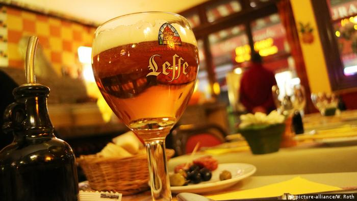 Belgisches Bier Glas in Kneipe (picture-alliance/W. Roth)