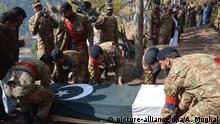 Pakistan Soldaten tragen Sarg