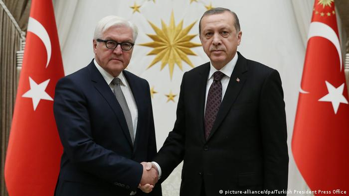 Türkei Frank-Walter Steinmeier und Recep Tayyip Erdogan in Ankara (picture-alliance/dpa/EPA/TURKISH PRESIDENT PRESS OFFICE)