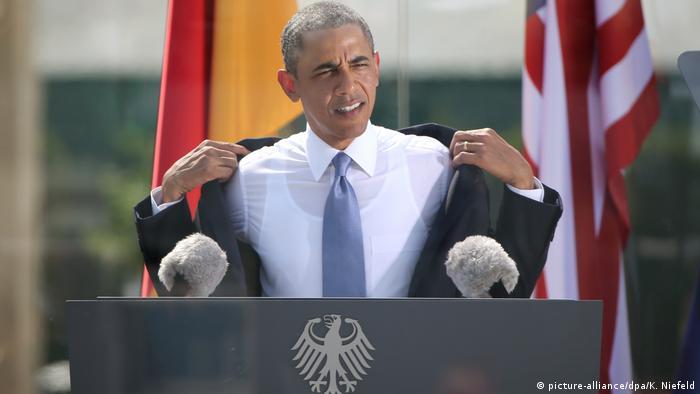 Барак Обама знімає піджак під час промови біля Бранденбурзьких воріт
