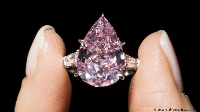 Juwelenauktion bei Christie's - Rosafarbener Diamant The Pink (picture-alliance/dpa/J.-C. Bott)