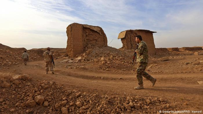 Iraqi soldiers view Nimrud ruins (Getty Images/AFP/S. Hamed)