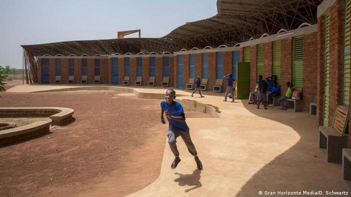 Courtyard of the Lycée Schorge in Burkina Faso, designed by Francis Kéré (Gran Horizonte Media/D. Schwartz)
